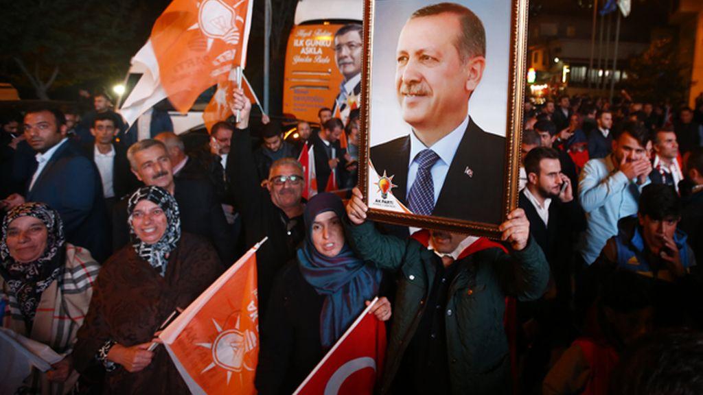 El AKP de Erdogan supera las mejores previsiones y volverá a gobernar en solitario