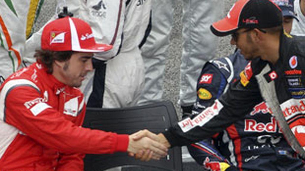 Fernando Alonso da la mano a  Lewis Hamilton tras el Gran Premio de F1 en el circuito de Interlagos. FOTO: Reuters