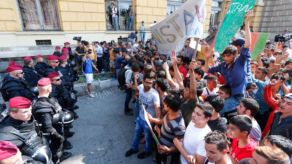 Cientos de refugiados protestan en Budapest reclamando poder viajar a Alemania