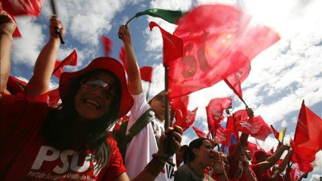 Seguidores chavistas marchan hoy junto a miles de personas por las calles de Caracas como muestra de apoyo a la enmienda constitucional para la reelección ilimitada de cargos electos que se votará en un referendo el próximo domingo. EFE
