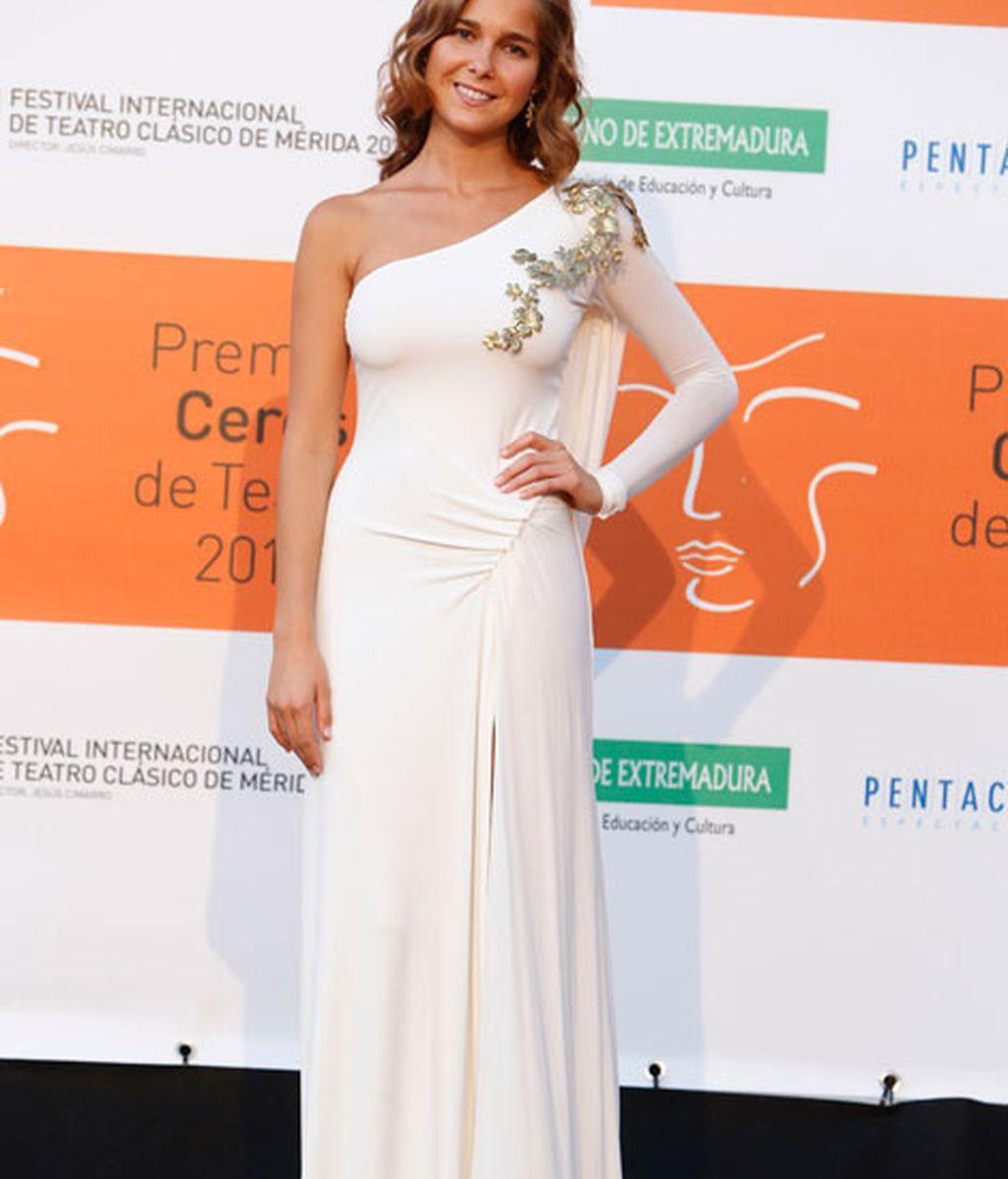 Natalia Sánchez con un vestido de corte asimétrico