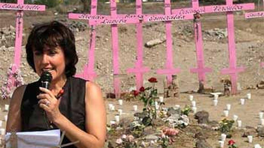 Cruces y velas por las cientos de mujeres asesinadas en Ciudad de Juárez (México). Foto: EFE.