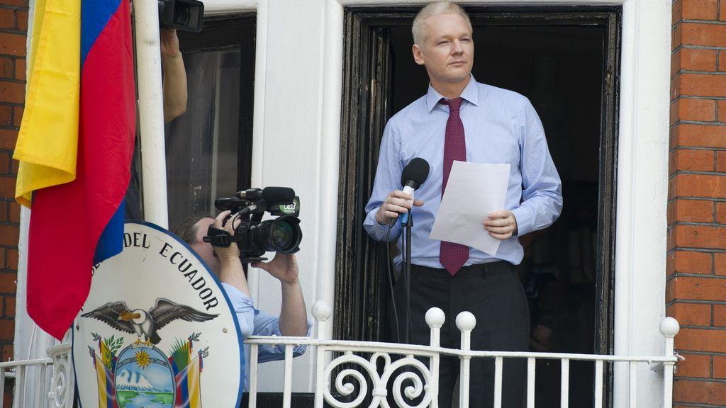 Assange, embajada Ecuador. Foto: EFE