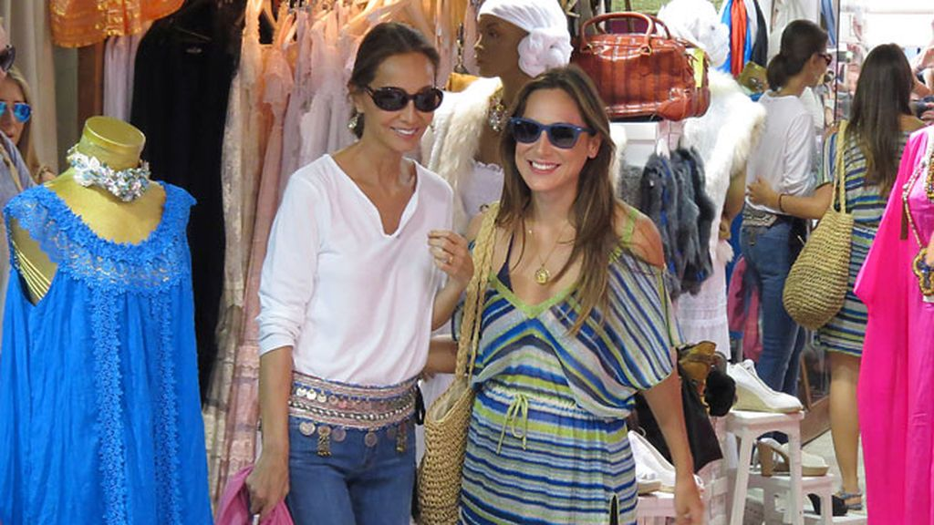 Isabel Preysler y Tamara Falcó disfrutan de la isla con unas amigas