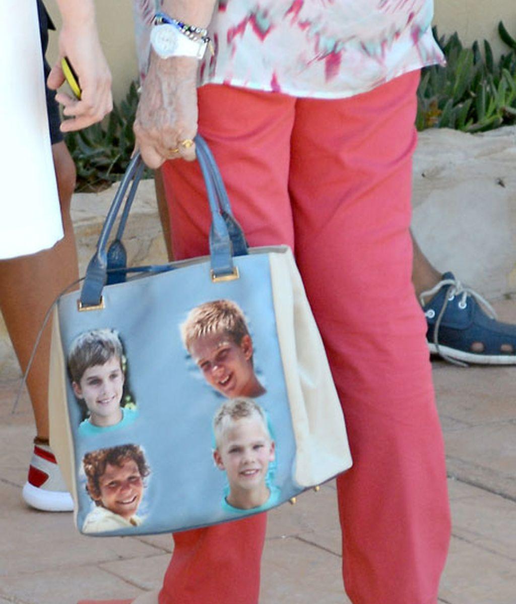 La Reina Sofía se ha impreso las fotos de sus nietos en el bolso
