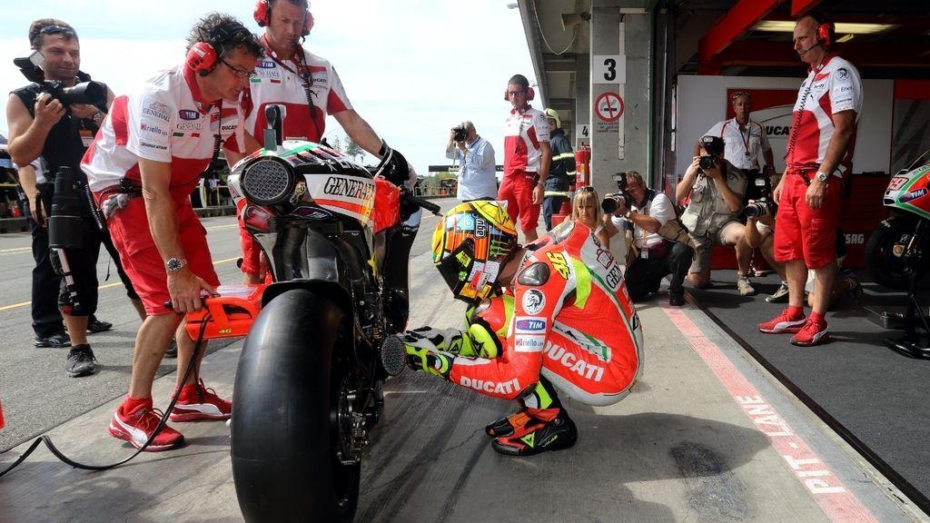 Valentino Rossi chequea su Ducati en el 'pit lane' de Brno
