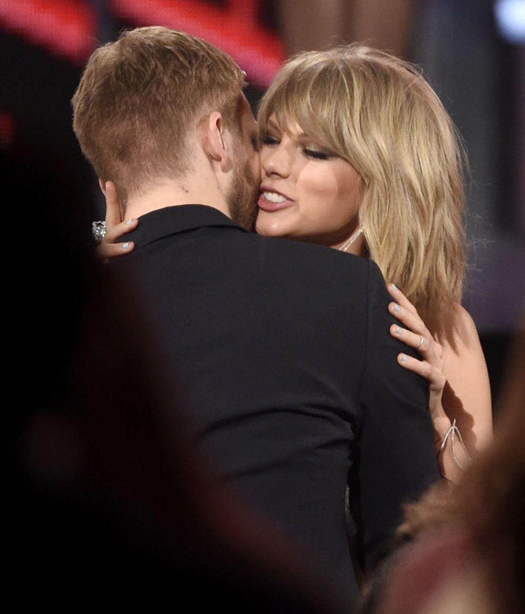 Beso y abrazo cómplice tras los rumores de relación y mucho jugar de despiste