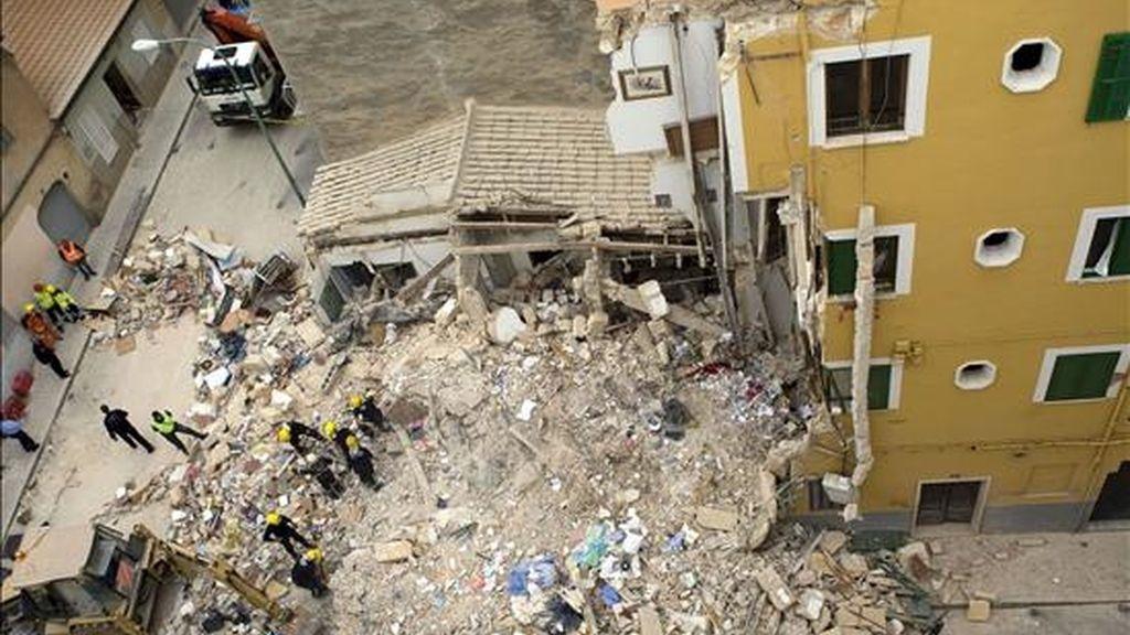Imagen del lugar en la calle Alos de la capital balear donde esta noche se produjo el derrumbe de un edifico de tres plantas. EFE