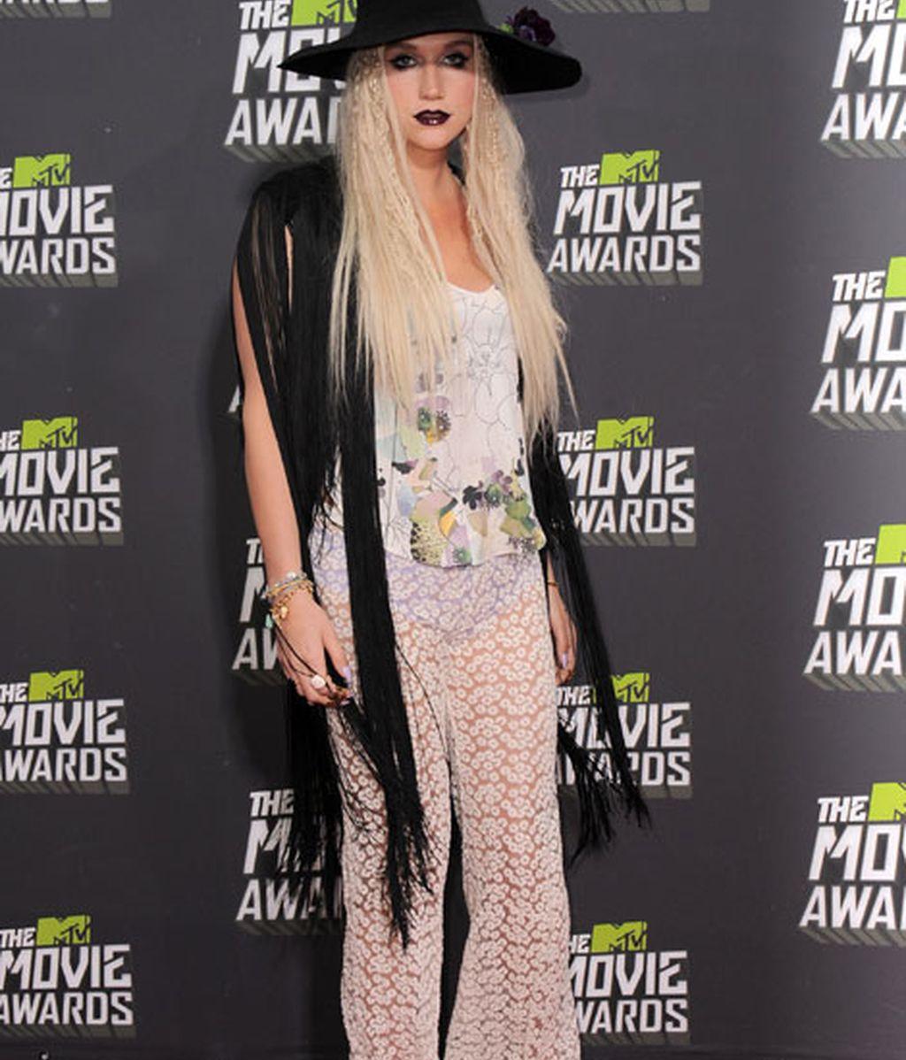 Kesha, pantalones de encaje transparentes y recargado maquillaje