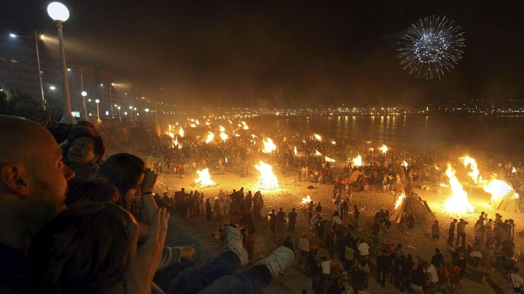 Miles de personas han celebrado la Noche de San Juan en A Coruña