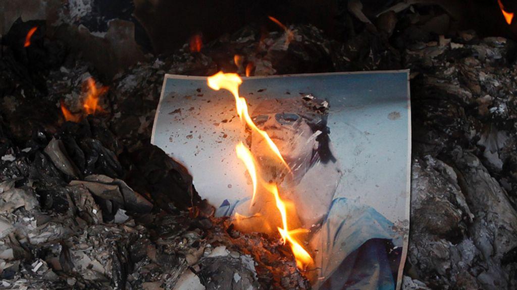 Arde una fotografía de Gadafi