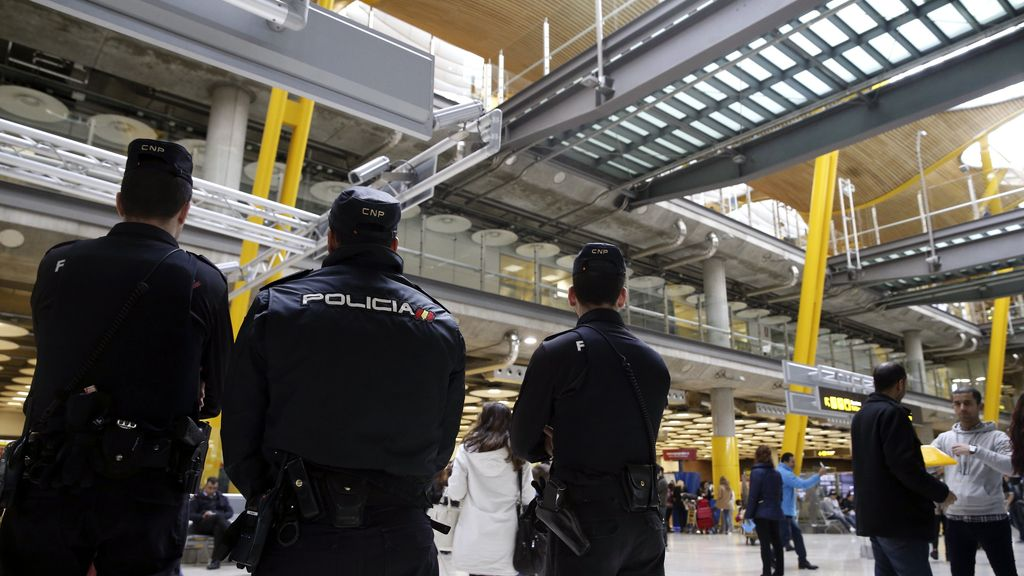 Miembros del cuerpo nacional de Policía en el aeropuerto de Barajas