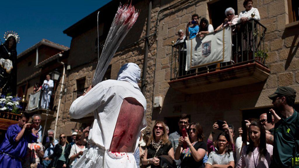 'Los Picaos' cumplen su penitencia en la procesión del Vía Crucis