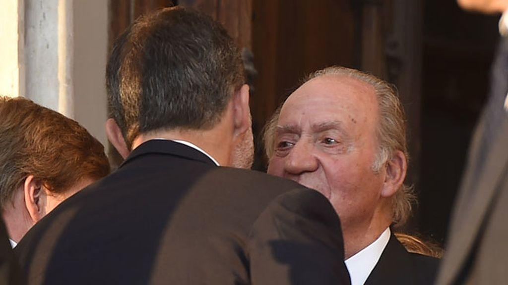 El rey Felipe se fundió en un abrazo con su padre a la salida