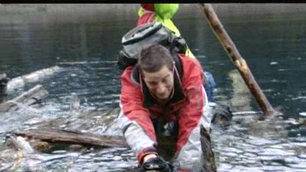 Patagonia: el último superviviente pasa dificultades para cruzar un lago de aguas gélidas