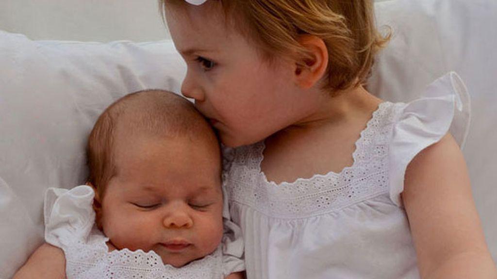 El dulce beso 'real' de las princesas de Suecia