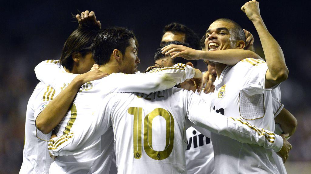 Pepe celebra con sus compañeros de equipo el gol de Ozil