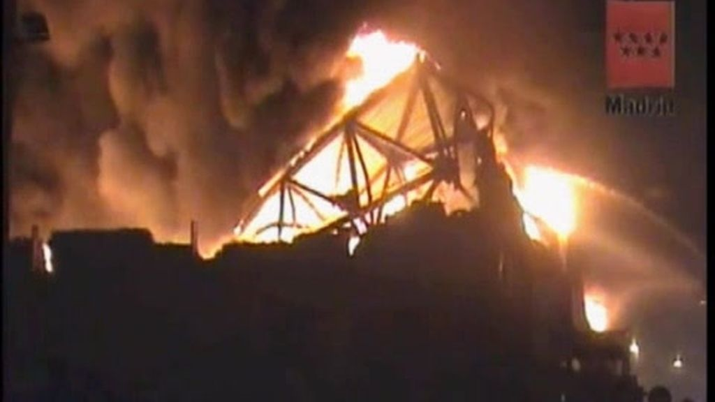 Un Leroy Merlin devorado por las llamas en Madrid