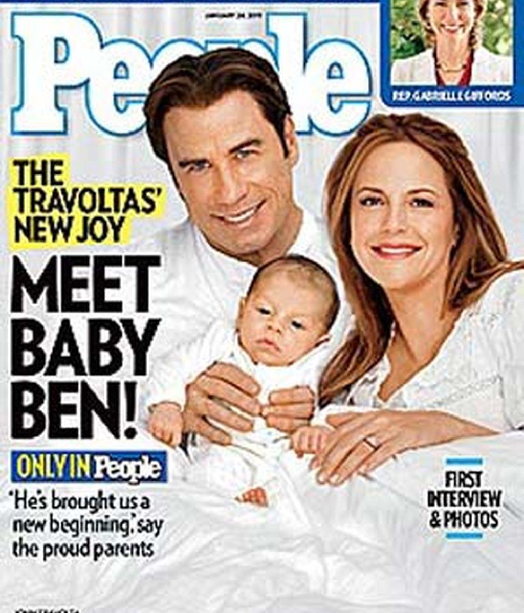 John Travolta, Kelly Preston y su hijo Benjamin, en la portada de 'People'.