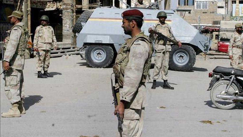 Varios soldados vigilan hoy un sector de la ciudad en el cuarto día de disturbios en Quetta (Pakistán). EFE