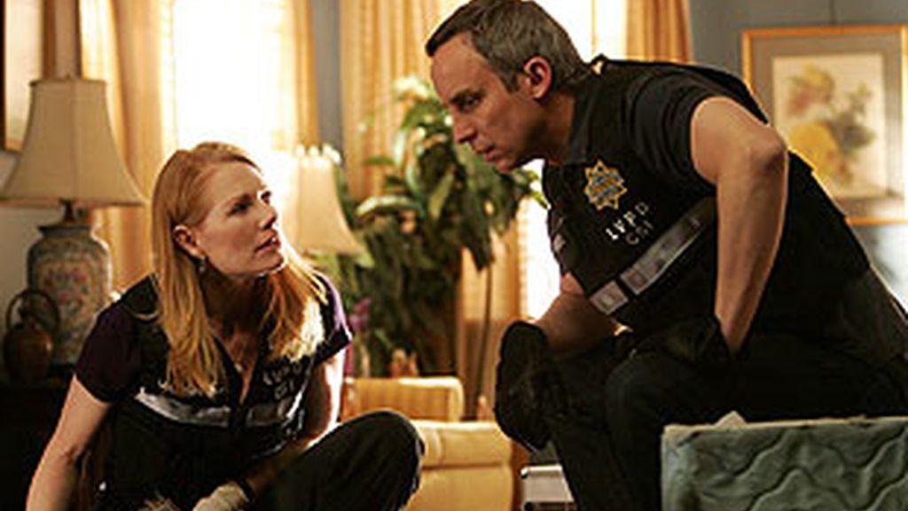 Hodges sale del laboratorio y trabaja con Katherine