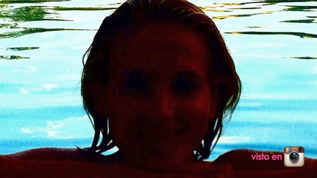 Esta silueta en la piscina es Ana Fernández en su veraneo en la Toscana