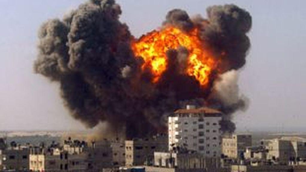Una columna de humo y fuego se levanta en el sitio donde ha explotado una bomba o proyectil israelí en el paso fronterizo de Rafah, en Gaza. Vídeo: Informativos Telecinco