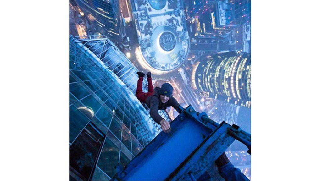 El Spiderman humano observa el mundo desde las alturas