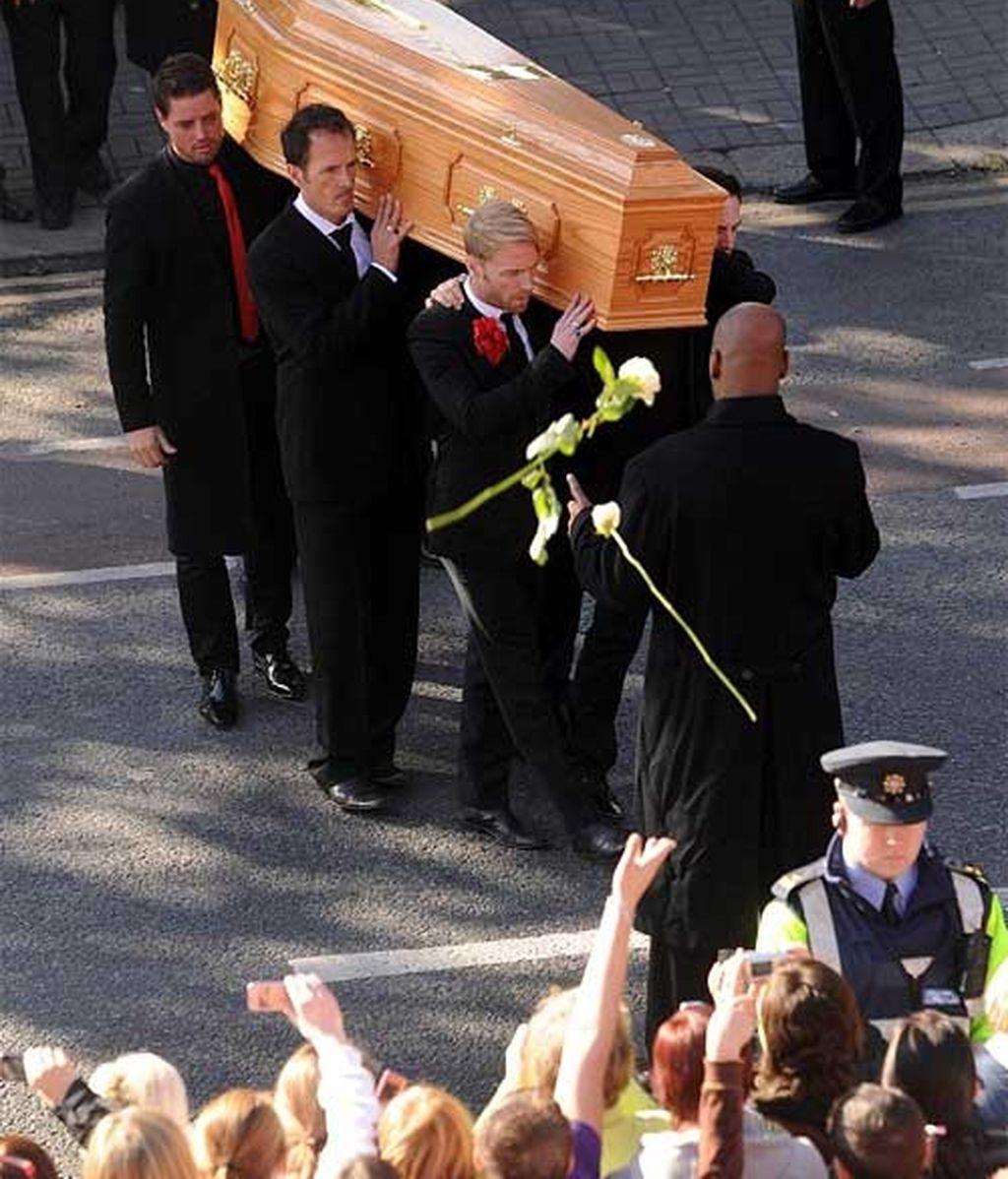 Los miembros de Boyzone portan el ataúd de Gately