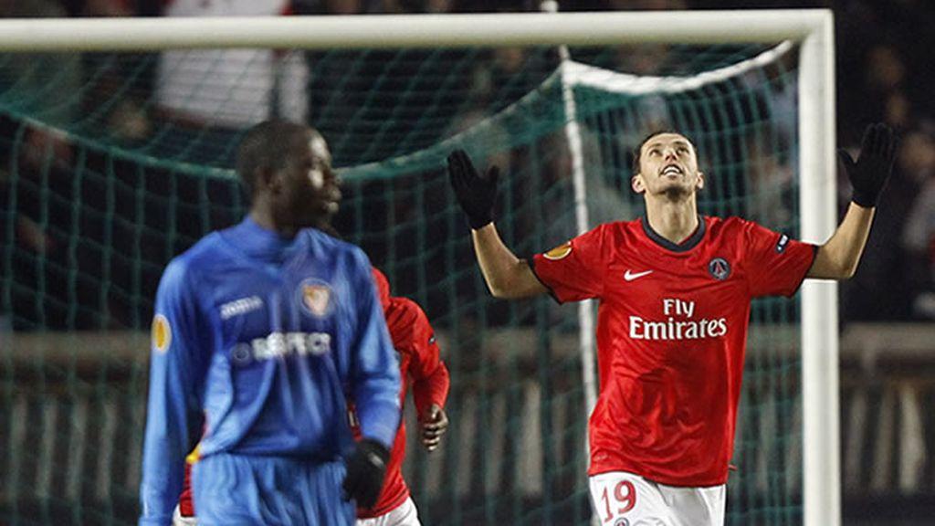 El Sevilla pierde en un mal partido en París, pero un empate en Dortmund les da la clasificación