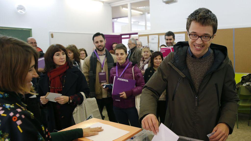 Íñigo Errejón vota en su colegio electoral