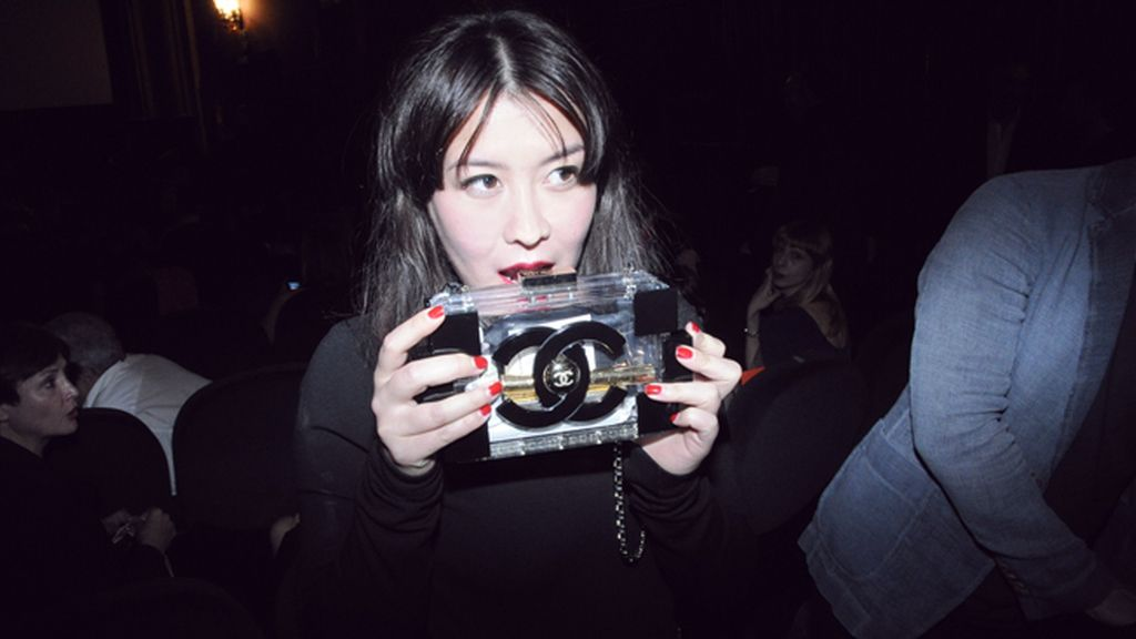 Melania Pan, directora de Harper´s Bazaar España, y su maravilloso clutch de Chanel