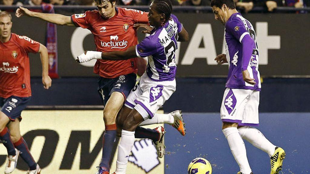 Jugadores del Valladolid y el Osasuna se pelean por el balón