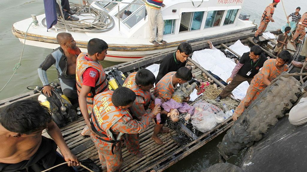 Al menos 48 fallecidos en el naufragio de un ferry en el oeste de Bangladesh
