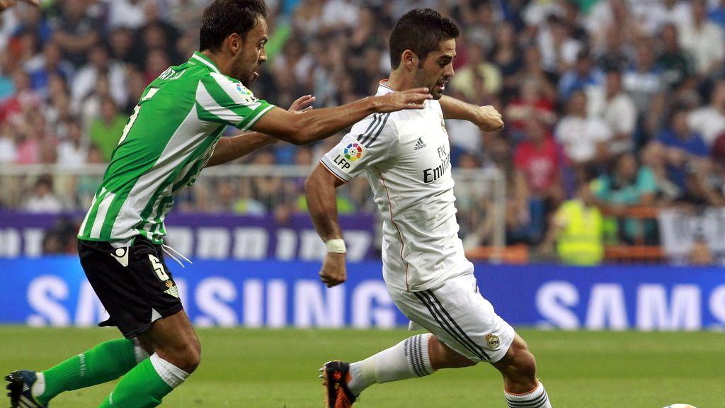 El jugador del Betis Matilla (izda), trata de frenar al jugador del Real Madrid Isco Alarcón en el Santiago Bernabéu.- Foto::EFE
