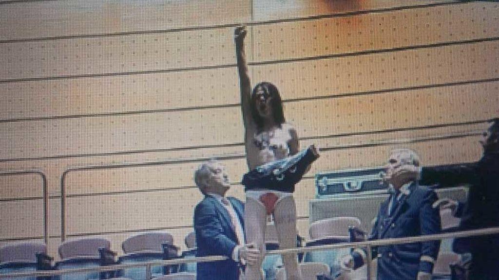 Una activista de Femen en el Senado contra la reforma del aborto