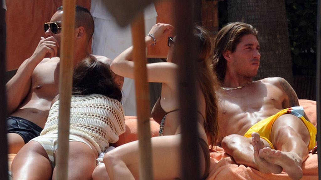 Sergio Ramos, con dos amigas en Marbella
