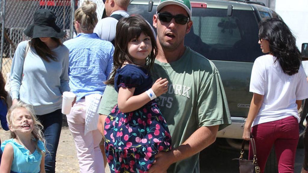 Adam Sandler con su chica en brazos