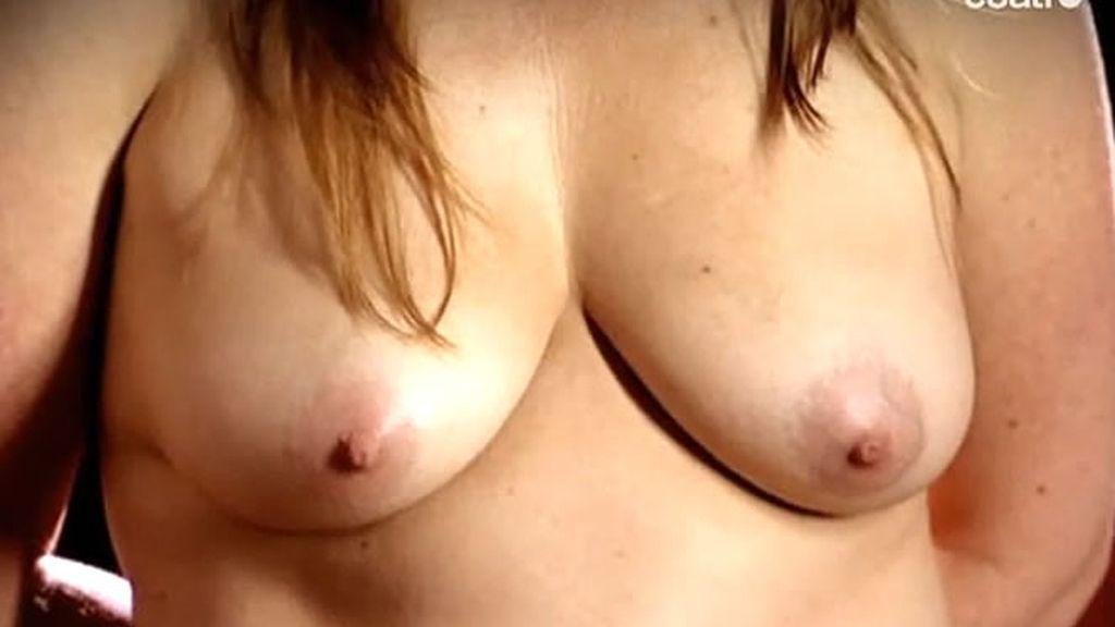 Una de las voluntarias se desnuda