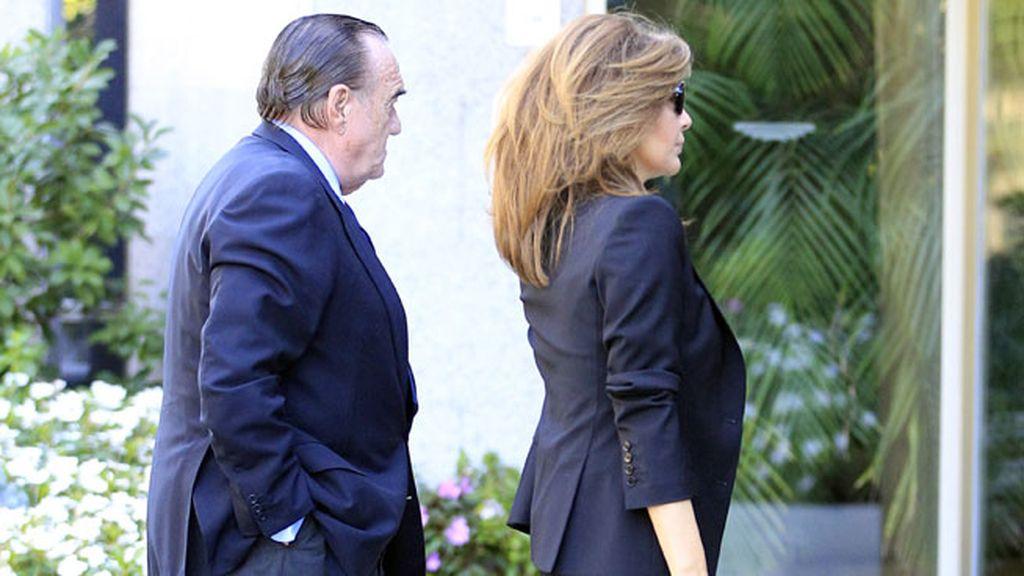 Nuria González y Fernando Fernández Tapias, entrando al tanatorio