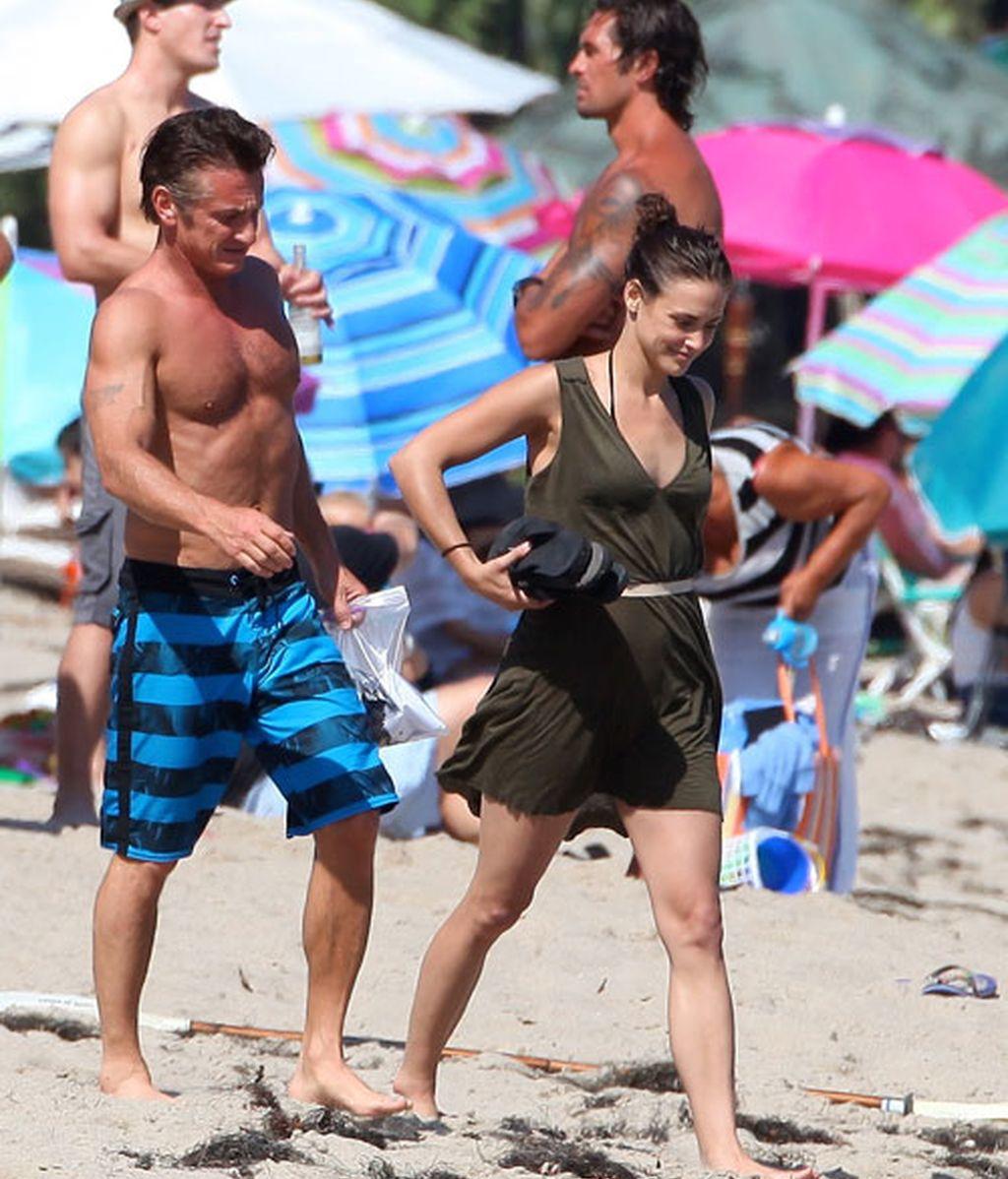 Sean Penn en la playa con su nueva novia