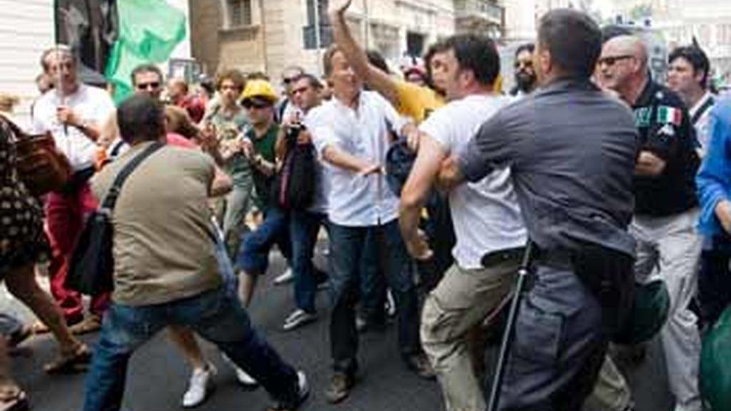 Víctimas del terremoto de L?Aquila se enfrentan a la policía en el centro de Roma