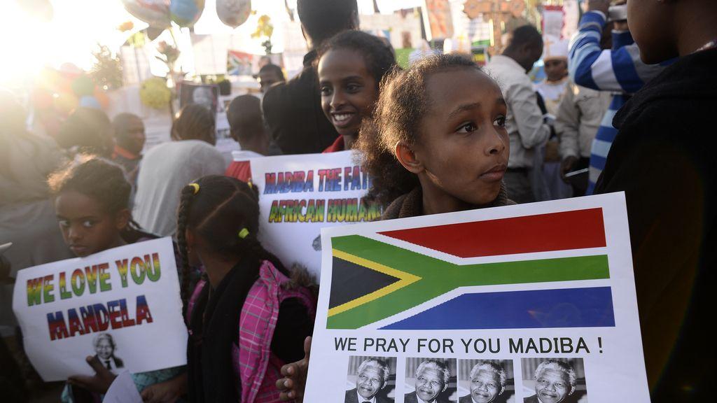 Cientos de personas esperan noticias de Mandela