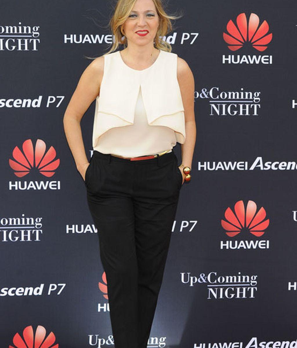 Pilar Castro con pantalón negro y camisa blanca