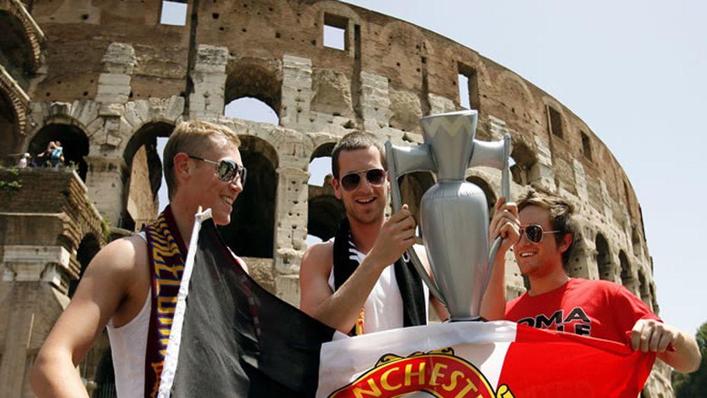 """Aficionados ingleses presumen de bandera y """"copa"""" en Roma"""