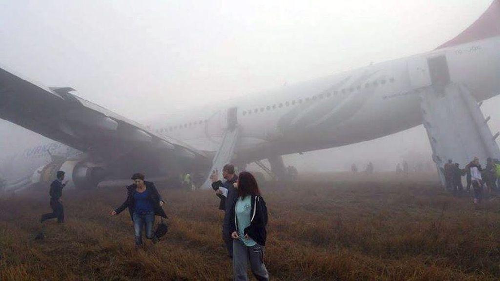 Evacuación de un airbus de Turkish Airlines tras un brusco aterrizaje en el aeropuerto internacional de Katmandú