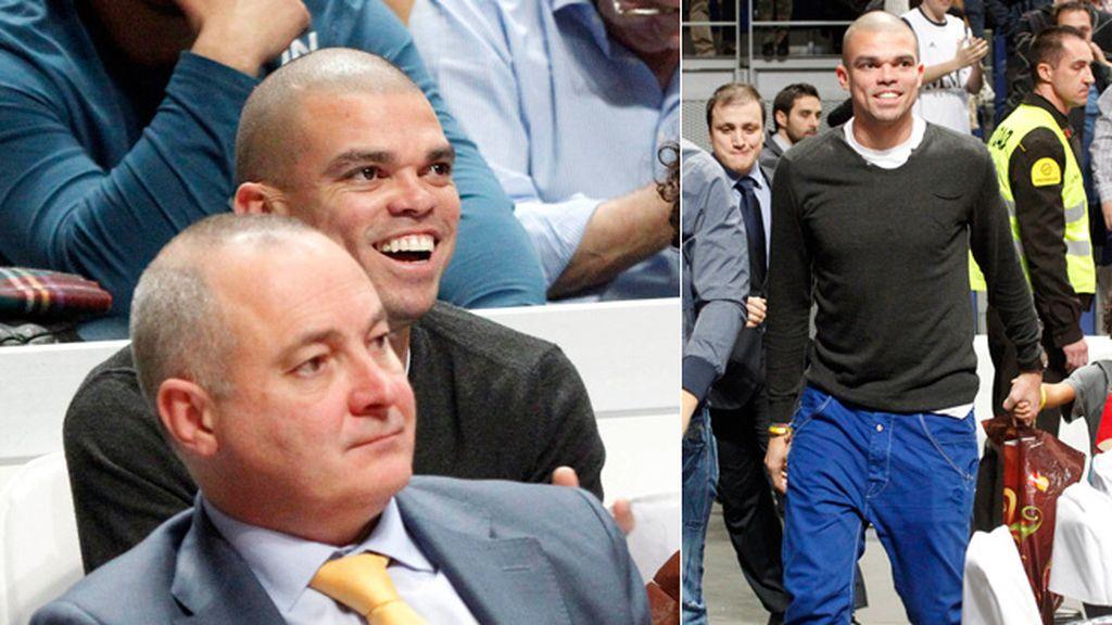 Pepe, que se recupera de su lesión, acudió con su hijo a animar al equipo madrileño