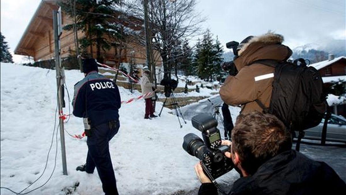Un fotógrafo obtiene imágenes de la policía acordonando la 'Vía Láctea', la propiedad que el cineasta franco-polaco Roman Polanski, posee en la estación de esquí de Gstaad, en los Alpes suizos. EFE
