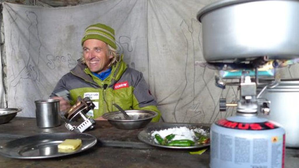 En el paso Thoron Jesús toma una sopa a 5.416 metros en un cabaña de piedra