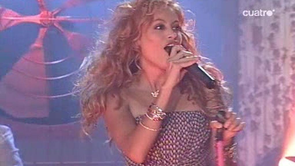 Paulina Rubio actuó junto a los bailarines de Fama
